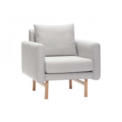 Lænestol i kvadratisk design, i lysegråt stof med egetræsben fra Hübsch-31