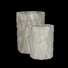2 høje potter i gråt beton med mønstret finish fra Hübsch, Lille: Ø: 14 cm x H: 18 cm Stor: Ø: 16 cm x H: 22 cm