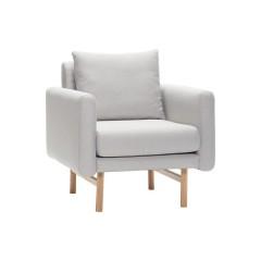 Lænestol i kvadratisk design, i lysegråt stof med egetræsben fra Hübsch